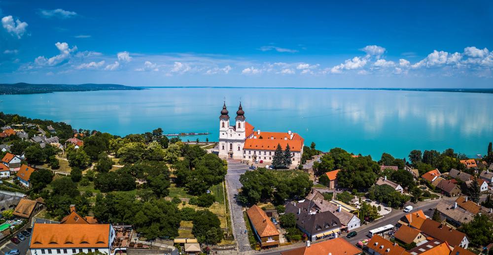 Ez a 7 legnépszerűbb település a Balatonon nyaralóink szerint
