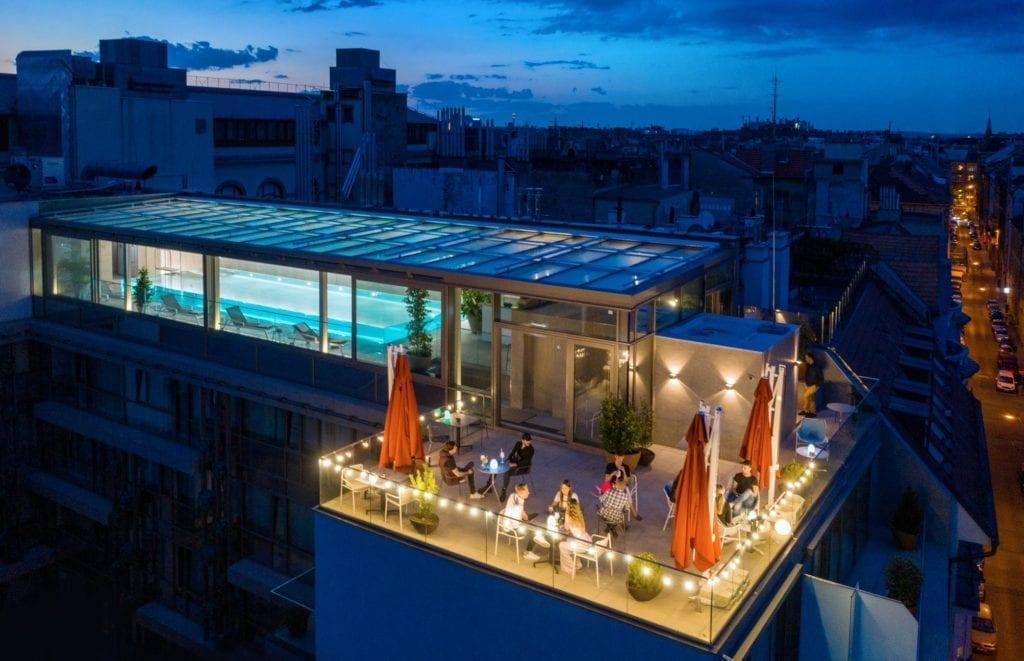 sky_bar_pool_budapest_medences_rooftop_bar
