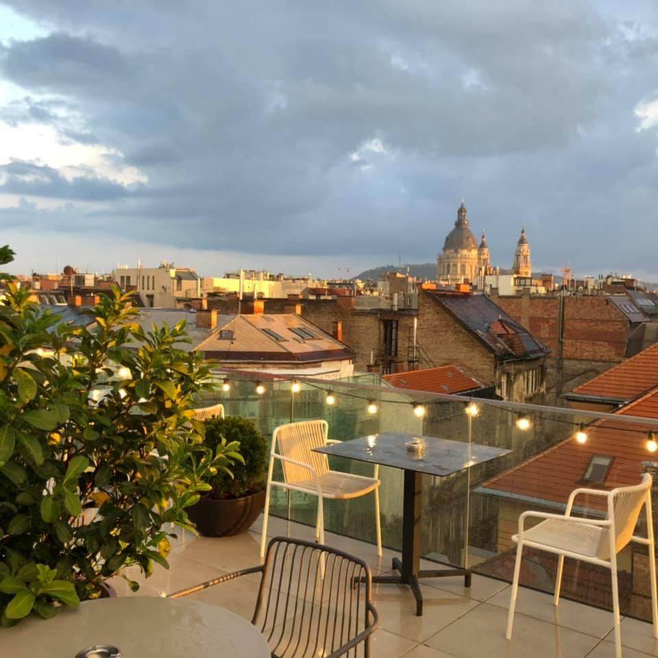 Sky Bar & Pool - koktélok, medence és kilátás a Bazilikára