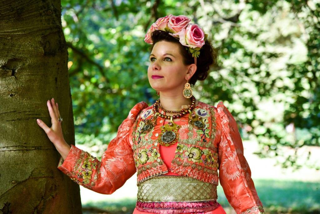 """Magyar népmeséket változtat ékszerré és ruhává a """"magyar Frida Kahlo"""""""