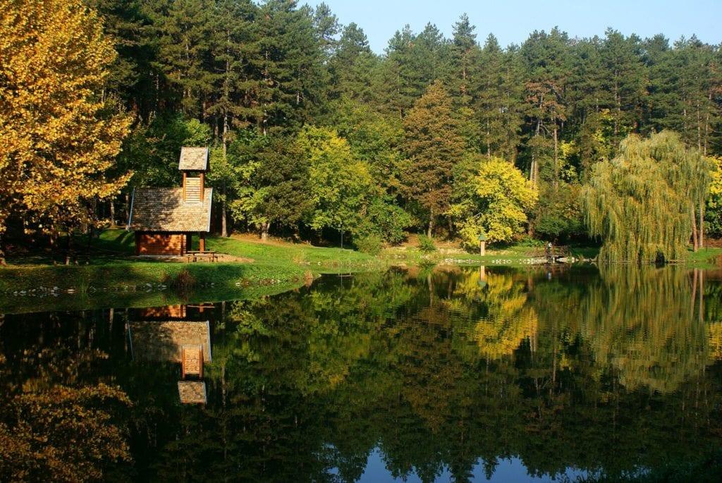 Eldugott kápolnák erdő mélyén, hegytetőn, tóparton